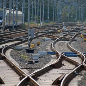 Pasażer wysiada z pociągu