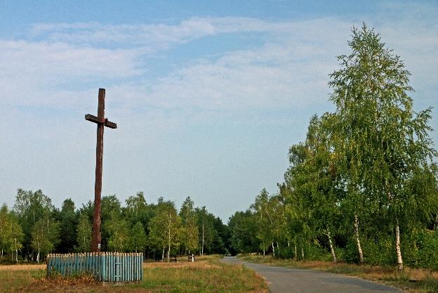 Rozstaje dróg, krzyż i brzozy, brakuje tylko jelenia na rykowisku