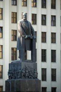 Lenin przed budynkiem parlamentu Białorusi