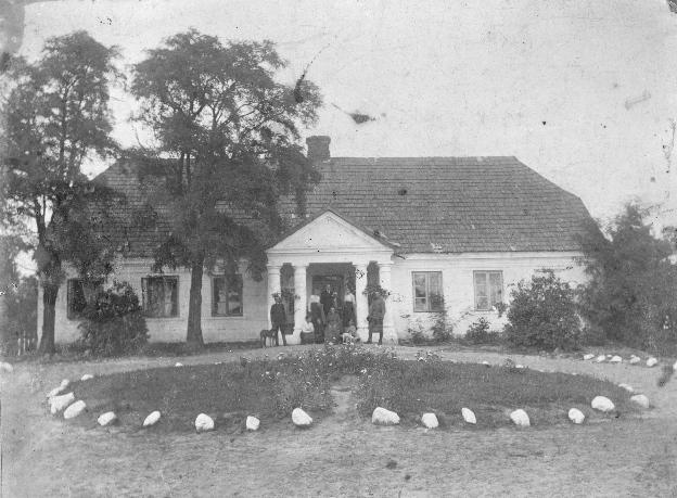 Rodzinny dworek. Zdjęcie z początku XX wieku