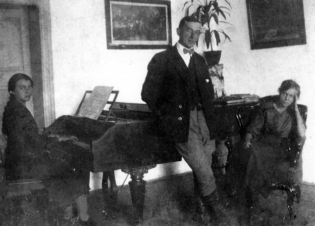 Kiedyś, gdy nie było Facebooka, czas spędzało się przy fortepianie (zdjęcie z rodzinnego albumu)