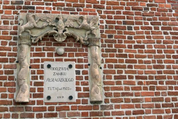 Odrzwia zamku sieradzkiego wmurowane w fasadę kościoła farnego