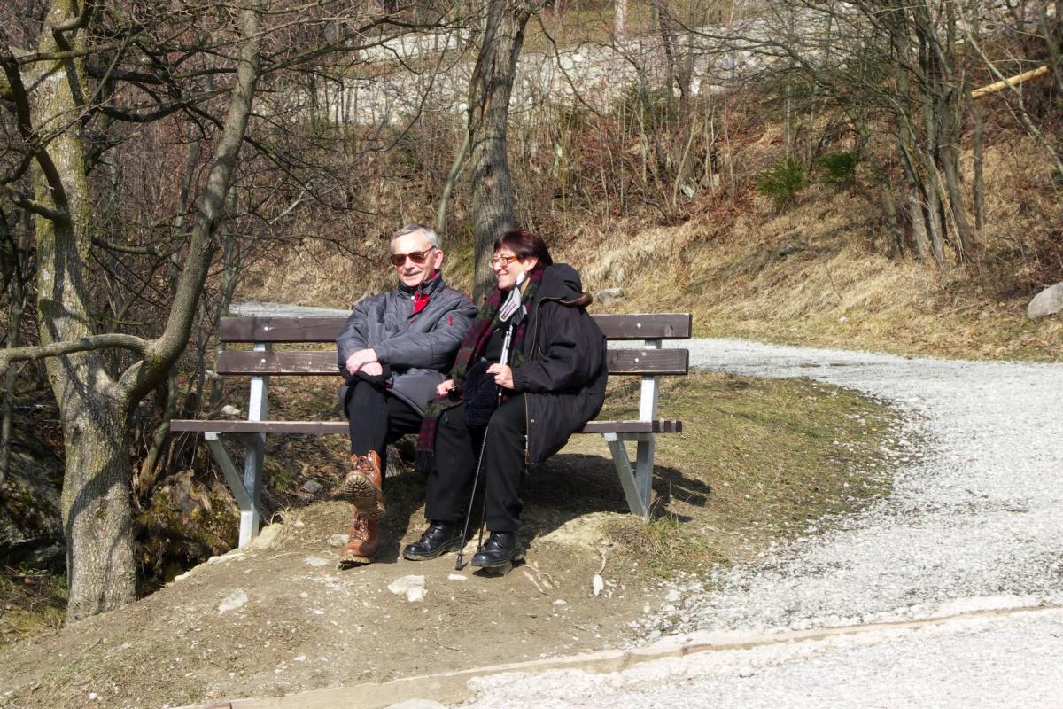 Tata odpoczywa na spacerze z mamą